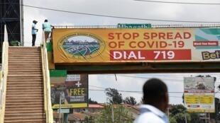 Un panneau d'avertissement contre la propagation du Covid-19 est suspendu à un pont piétonnier à Nairobi, au Kenya, le 3 avril 2020.