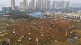 Vue aérienne, le 24 janvier 2020, du chantier de construction d'un nouvel hôpital destiné à traiter les patients du virus 2019-nCOV à Wuhan, dans la province centrale du Hubei, en Chine.