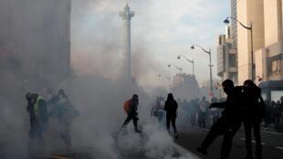 Manifestantes entraram em confronto com policiais durante a manifestação em Paris neste sábado (11/01).