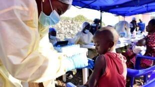 Técnico de saúde administra a vacina contra o Ébola a uma criança, em Goma, a 17 de Julho 2019.