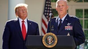 Tổng thống Mỹ Donald Trump và tướng John Raymond, chỉ huy của Spacecom, Washington, ngày 29/08/2019.