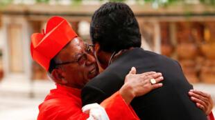 Le nouveau cardinal Toribio Ticona Porco de Bolivie embrasse le président de la Bolivie Evo Morales lors d'une cérémonie de consécration pour l'installation de 14 nouveaux cardinaux dans la basilique Saint-Pierre au Vatican, le 28 juin 2018.