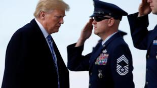 O presidente dos Estados Unidos, Donald Trump, embarca no Air Force One em Palm Beach, Florida, em 23/03/2018.