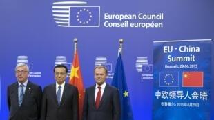 2015年6月29日,中国总理李克强在布鲁塞尔与欧盟委员会主席容克(左)以及欧盟理事会主席图斯克(右)会晤。