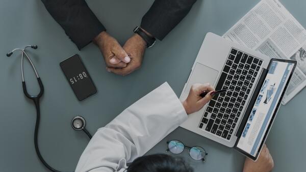 Le médecin généraliste est souvent le premier interlocuteur du patient.