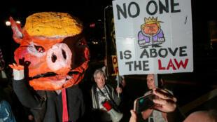 Nhiều người biểu tình ủng hộ công tố viên đặc biệt Robert Mueller tại Los Angeles (California), ngày 8/11/2018.