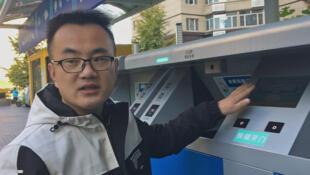 Chen Jiankang, 27 ans est chargé de la maintenance «des poubelles intelligentes». La machine vérifie les visages et les compare aux données enregistrées.