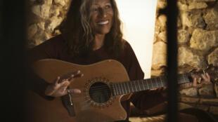 Photographie portrait de la chanteuse et journaliste Marijosé Alie.