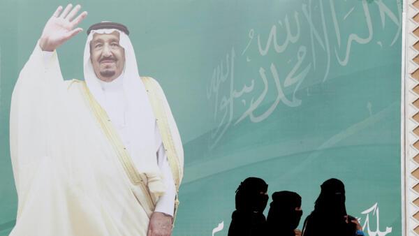 Um  cartaz  do rei  Salman bin Abdulaziz Al Saud nos subúrbios  de Riade. Fevereiro  de 2018