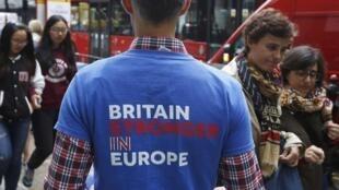 Em Londres, jovem faz campanha pela permanência do Reino Unido na União Europeia.