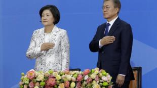 圖為韓國新選總統文在寅2017年5月10日在議會聆聽國歌時