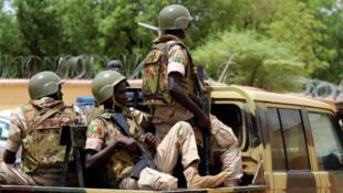 Des soldats de l'armée malienne en patrouille dans la ville de Gao, dans le nord du Mali, le 24 juillet 2019 (image d'illustration).