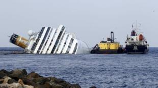 O navio Costa Concordia, naufragado na costa italiana.
