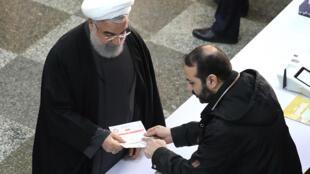 Le président Hassan Rouhani se préparant à voter dans un bureau de vote de la capitale Téhéran le 21 février 2020.