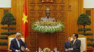 Cuộc hội kiến giữa Ngoại trưởng Mỹ John Kerry (T) với Thủ tướng Việt Nam Nguyễn Tấn Dũng tại Hà Nội ngày 16/12/2012.