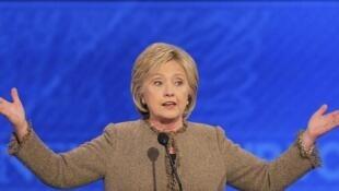 A pré-candidata democrata Hillary Clinton durante debate na noite deste sábado, dia 19 de dezembro, em Manchester, New Hampshire, Estados Unidos.