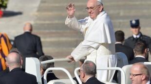 Le pape François a fait son entrée sur la place Saint-Pierre avant la cérémonie d'intronisation, le 19 mars 2013.
