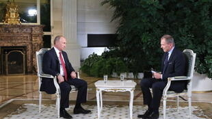 Le journaliste vedette Armin Wolf (à droite) avait interrogé le président russe il y a deux ans. Ce mardi, il a décidé de se confiner jour et nuit dans son studio afin de continuer à informer les Autrichiens. (photo d'illustration)