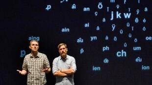 Jérôme Piron et Arnaud Hoedt discutent au théâtre de la question épineuse de la simplification de l'orthographe.