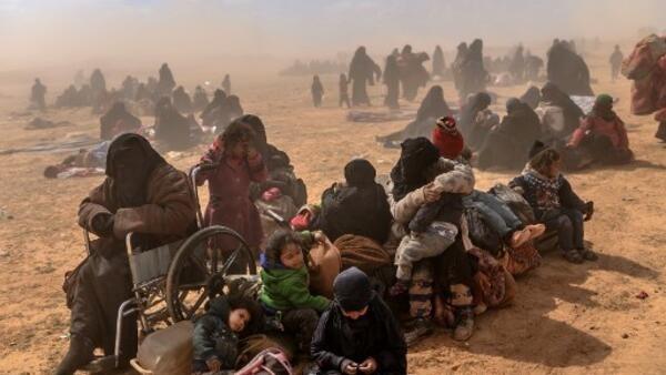 Mulheres e crianças são evacuados do último reduto do grupo Estado Islâmico em Baghouz, em 6 de maio de 2019