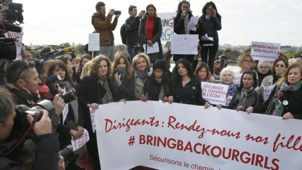 Manifestação em Paris em favor das estudantes raptadas, com presença de duas ex-primeiras-damas, Carla Bruni-Sarkozy e Valérie Trierweiler.