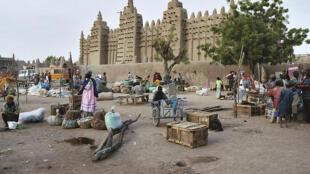 La marché de Djenné, davant la grande mosquée de la ville.