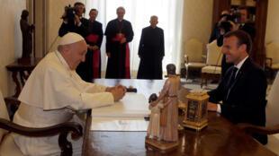 Giáo hoàng Phanxicô (T) tiếp tổng thống Pháp Emmanuel Macron, Vatican, ngày 26/06/2018.