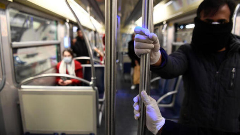 Việc virus corona gây bệnh Covid-19 có khả năng truyền qua đường không khí khiến Hoa Kỳ khuyến cáo dùng khẩu trang nơi công cộng. Ảnh minh hoạ : Trong một toa xe điện ngầm ở Paris ngày 3/4/2020.