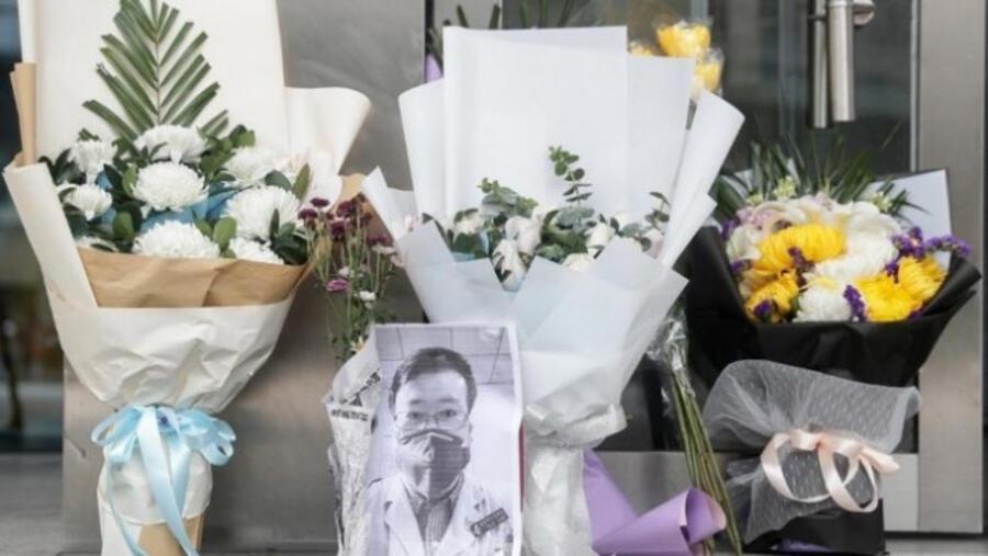 武汉市民自发在武汉市中心医院门口前纪念李文亮资料图片