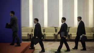 Các lãnh đạo Trung Quốc đến họp báo tại Đại sảnh đường Nhân dân ở Bắc Kinh ngày 28/04/2016.