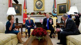Từ trái qua phải : Nancy Pelosi, Mike Pence, Donald Trump và Chuck Schumner, trong cuộc gặp tại Nhà Trắng, Washington, ngày 11/12/2018