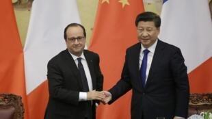 Os presidente François Hollande, da França, e Xi Jinping, da China, diante de fotógrafos em Pequim, na China, em 2 de novembro de 2015.