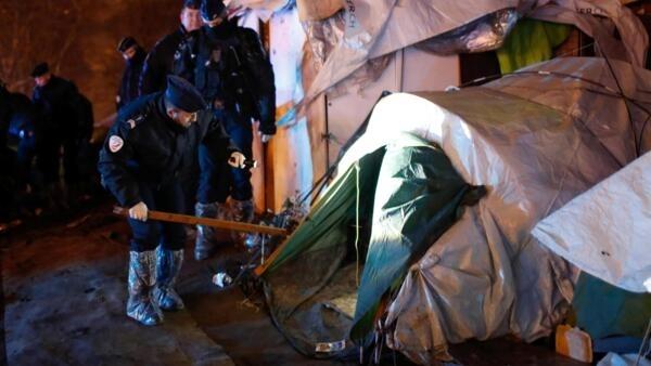 Polícias francesas inspeccionam tendas durante a evacuação do acampamento perto de Porte d'Aubervilliers, no norte de Paris, França, 28 de Janeiro de 2020.