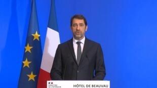 Le ministre français de l'Intérieur, Christophe Castaner, précisant les mesures de confinement dans un discours le 16 mars 2020.