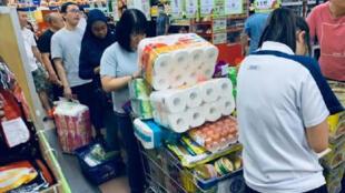 新加坡市民抢购物资生活品资料图片