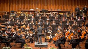 O bis do concerto de estreia da Orquestra Juvenil da Bahia em Montreux, no dia 30 de agosto de 2016, foi regido pelo jovem maestro Cássio Bitencourt.