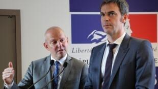 Министр здравоохранения Франции Оливье Веран (слева) вместе с начальником Главного управления здравоохранения Жеромом Саломоном