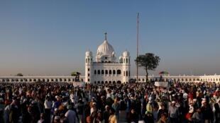 Les sikhs réunis devant le temple de Gurdwara de Darbar Sahib Kartarpur, à l'occasion du 550e anniversaire de la naissance de Guru Nanak.