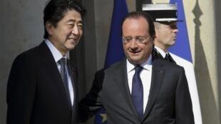 O primeiro-ministro do Japão, Shinzo Abe, foi recebido pelo presidente francês, François Hollande, no Palácio do Eliseu nesta segunda-feira (5).