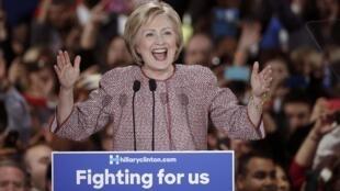 Hillary Clinton festeja su victoria en el Estado de Nueva York el 19 de abril de 2016.