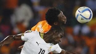 Jonathan Mensah (en blanc) à la lutte avec l'Ivoirien Wilfried Bony lors de la finale de la CAN 2015.