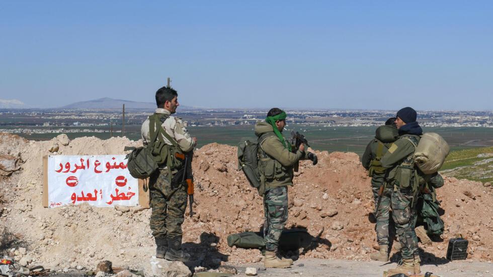 Des membres de l'armée syrienne près de ville d'Al-Eis, au sud d'Alep, le 9 février 2020. Les militaires syriens progressant au nord d'Ideb ont rejoint près d'Al-Eis les troupes qui se trouvent au sud d'Alep, selon l'agence Sana.
