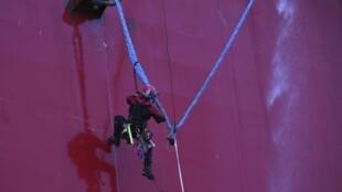 Ativista do Greenpeace escala uma plataforma petrolífera da Gazprom no Ártico, no dia 18 de setembro de 2013.