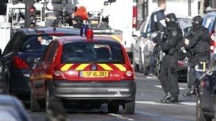 Đặc nhiệm Pháp trên hiện trường sau vụ bắn hạ một kẻ xông vào trụ sở cảnh sát quận 18 Paris, ngày 07/01/2016