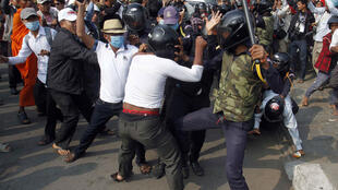 Cảnh xô xát giữa cảnh sát và người biểu tìnht tại Phnom Penh ngày 26/1/2014.