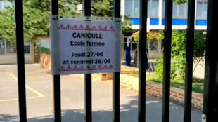 Cartaz avisa que escola está fechada nos dias 27 e 28 de junho por causa do calor.