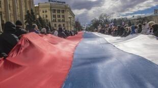 O movimento separatista pró-Rússia contaminou outras regiões da Ucrânia, como em Kharkiv (leste), onde militantes estenderam a bandeira russa nas ruas. 16 de março de 2014