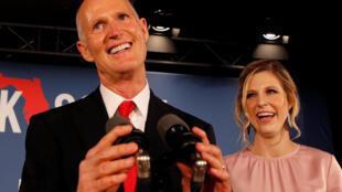 Ứng viên nghị sĩ đảng Cộng Hòa, ông Rick Scott, cùng con gái, vào ngày bầu cử tại Naples, Florida, 6/11/2018.