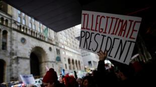 Manifestantes protestam contra Trump em um evento em Nova York.