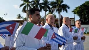 Una brigada de médicos y enfermeros cubanos se despiden antes de viajar a Italia para ayudar en la lucha contra la pandemia del coronavirus, en la Unidad Central de Cooperación Médica en La Habana, el 21 de marzo de 2020